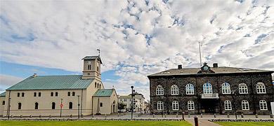 Mynd af Alþingi hliðin á kirkju