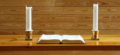 Mynd af biblíu á altari