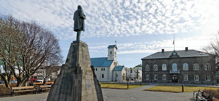 Mynd af Alþingi og dómkirkjunni