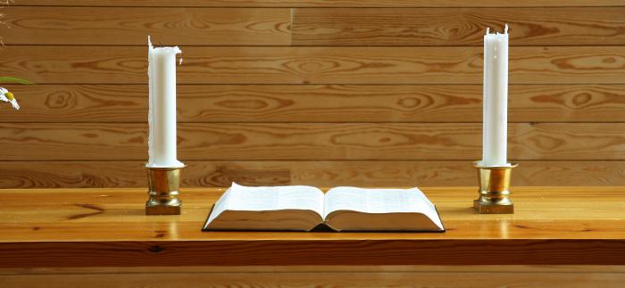 Mynd af biblíunni á altari