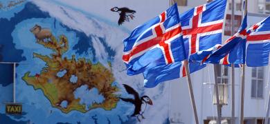 Mynd af korti af Íslandi og íslenskum fánum
