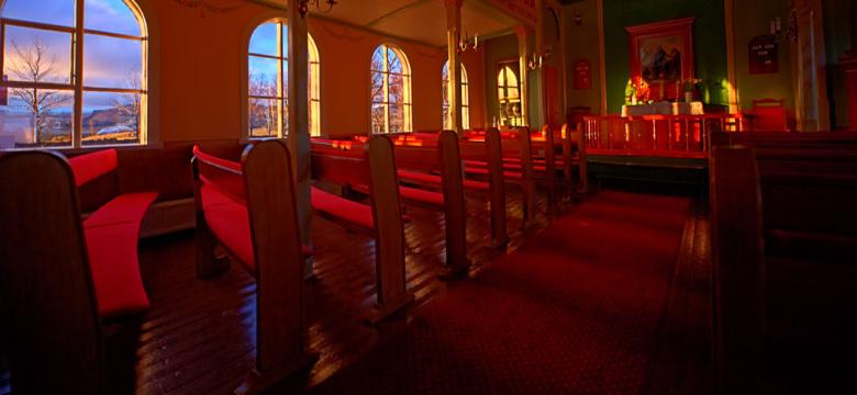 Mynd af tómri kirkju