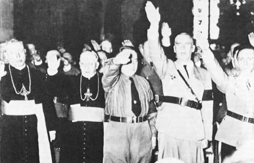 Kaþólskir biskupar heilsa Hitler af nasískum sið.