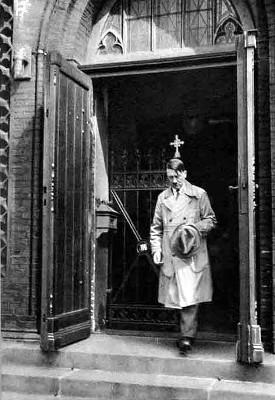 Hitler eftir kristilega sunnudagsmessu.<br />