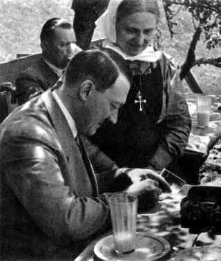 Hitler gefur eiginhandaráritun til kristinna aðdáenda sinna.<br />
