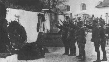 Hitler við kristilega gröf móður sinnar.<br />