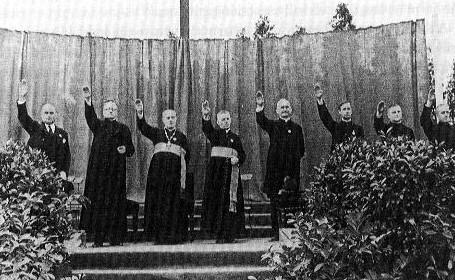 Prestar heilsa Hitler með nasískri kveðju á samkomu ungra Kaþólikka.
